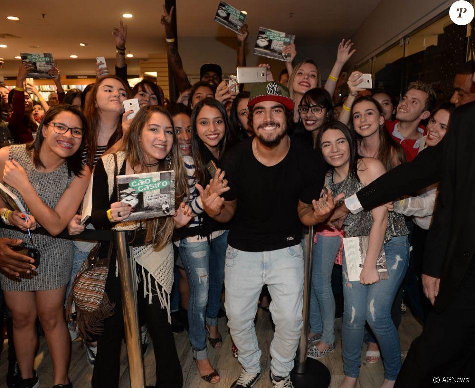 Caio Castro é tietado ao lançar livro em shopping na capital paulista 67721ae8fd