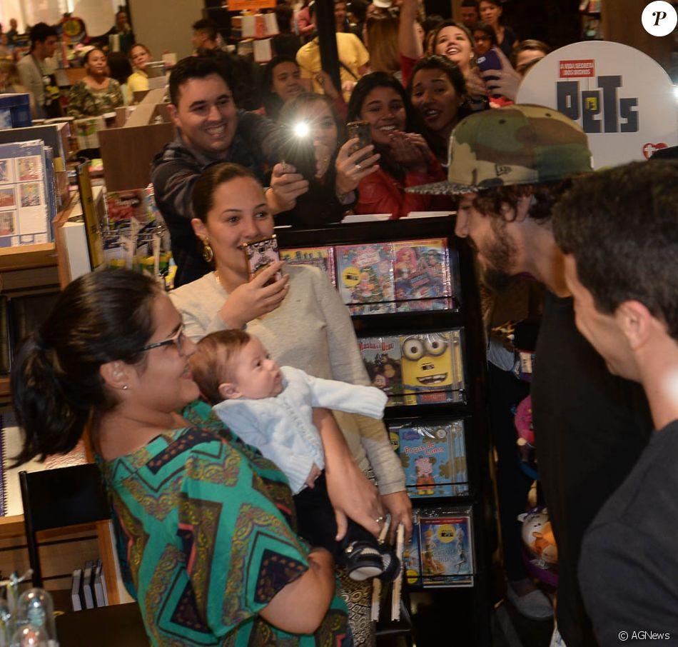 Caio Castro brinca com bebê em lançamento de livro em SP - Purepeople 4c145e1910