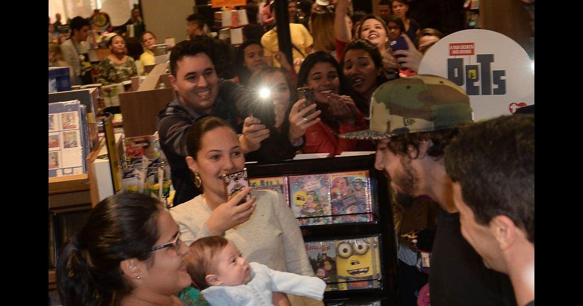 2d36162c058de Caio Castro brinca com bebê em lançamento de livro em SP - Purepeople