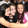 Biel é agarrado por fãs durante inaguração de loja em São Paulo