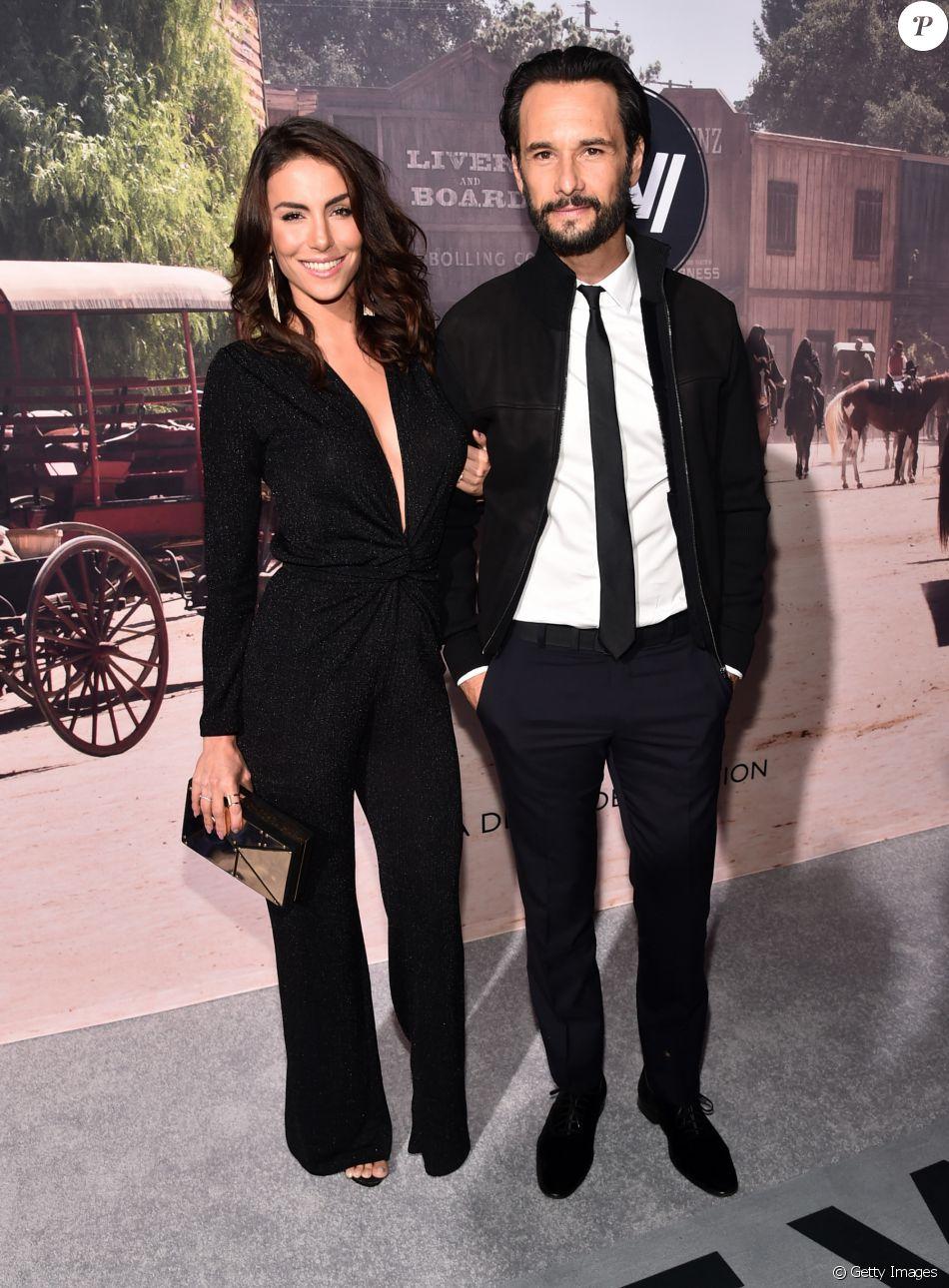 Mel Fronckowiak acompanha Rodrigo Santoro no lançamento da série 'Westworld'