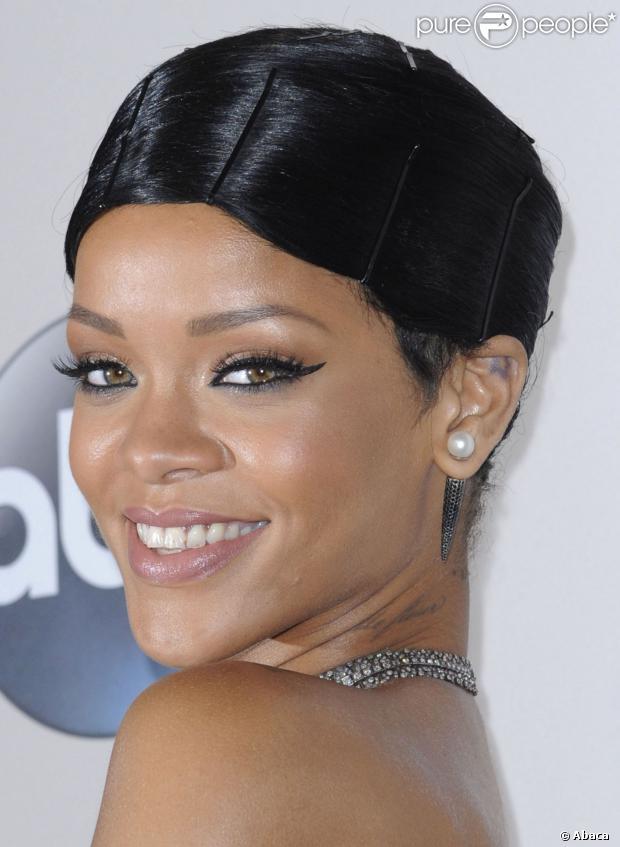 Rihanna participa de música de Shakira, em 11 de dezembro de 2013