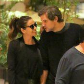 Giovanna Antonelli passeia de mãos dadas e faz carinhos no marido em shopping