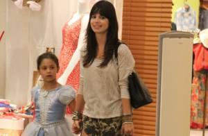 Sthefany Brito é vista fazendo compras em shopping carioca ao lado de sua prima