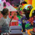 Feliz, Grazi Massafera brincou de boneca com Sofia
