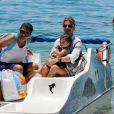 Grazi Massafera devidamente acomodada no barco para o passeio em Búzios