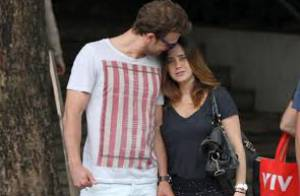 Fernanda Vasconcellos e Cássio Reis trocam carinhos em passeio no Leblon, no Rio