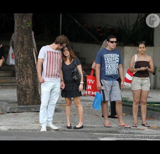 O casal de namorados Fernanda Vasconcellos e Cássio Reis foram vistos passeando pelas ruas do Leblon, Zona Sul do Rio de Janeiro, nesta terça-feira, 17 de novembro de 2013