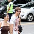 O casal de atores Fernanda Vasconcellos e Cássio Reis passearam pelo Leblon, Zona Sul do Rio de Janeiro, nesta terça-feira, 17 de novembro de 2013