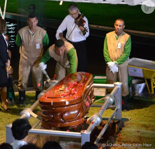 O corpo de Reginaldo Rossi foi sepultado na noite deste sábado (21 de dezembro de 2013)