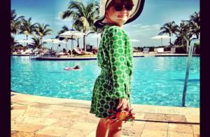 Rafaella Justus posa de roupão e óculos escuros em piscina em Miami, nos EUA