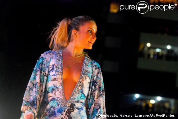 Claudia Leitte quase mostra tudo ao usar modelito ousada em show no Réveillon