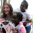 Bruna Marquezine brinca com crianças refugiadas em evento no último sábado, dia 21 de novembro de 2016
