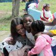 Bruna Marquezine se diverte ao lado de crianças e ganha homenagem de ONG: 'Cidadã do mundo'