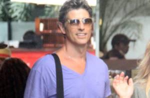 Reynaldo Gianecchini passeia sorridente acompanhado de amiga em shopping do Rio