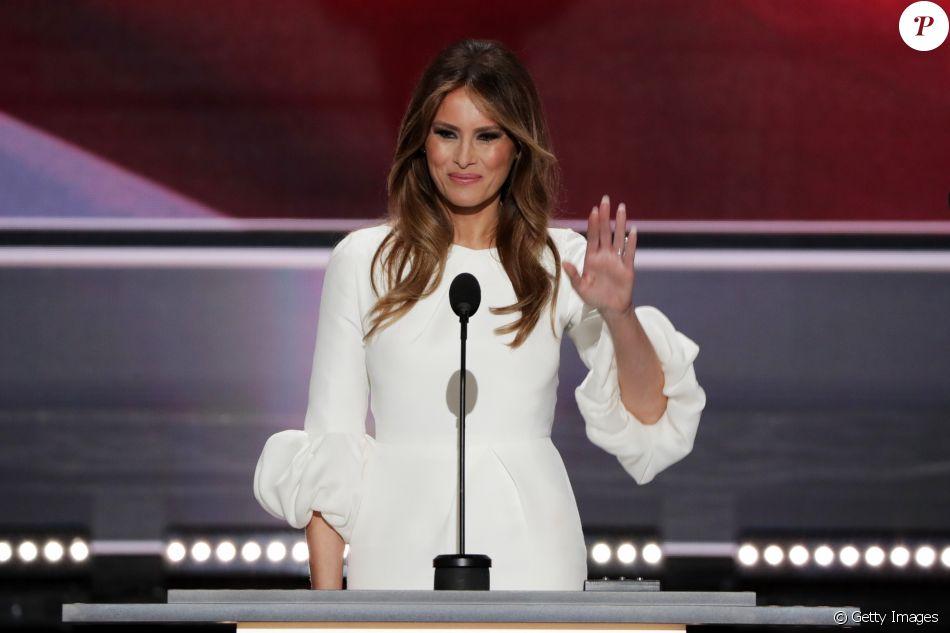 'Não acho que as pessoas devem se tornar políticas em relação a isso', contou Tommy Hilfiger sobre a polêmica com Melania Trump