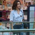 Flávia Alessandra  apostou na t-shirt com jeans e mocassim e deixou a barriga de fora
