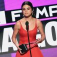 Aos poucos Selena Gomez está retomando sua carreira artística. Na última segunda-feira, 21 de novembro de 2016, a cantorafoi a sua primeira premiação e levou o troféu de Artista Feminina Pop/Rock no AMAs 2016