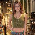 Namorada de Cauã Reymond, Mariana Goldfarb teve sua sobrancelha questionada por uma seguidora