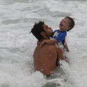 Felipe Simas joga capoeira e se diverte no mar com o filho, Joaquim