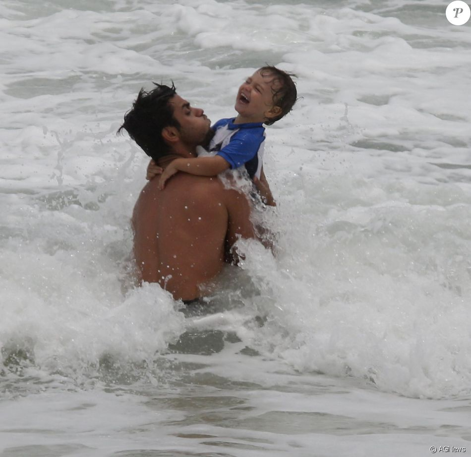 Felipe Simas curtiu o final da tarde deste sábado, 26 de novembro de 2016, na companhia do filho, Joaquim, na praia da Barra da Tijuca, no Rio