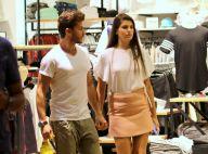 Camila Queiroz e Klebber Toledo passeiam de mãos dadas por shopping do Rio