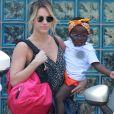 Giovanna Ewbank encantou seguidores com foto na qual aparece com a filha, Títi, no colo