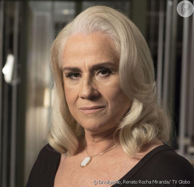 Mág (Vera Holtz) se passa por mulher de Ciro (Thiago Lacerda) para Silvia (Regina Braga), a mãe dele, na novela 'A Lei do Amor', em dezembro de 2016