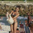 Grazi Massafera curtiu a tarde desta quarta-feira, 8 de janeiro de 2014, na praia da Barra da Tijuca, Zona Oeste do Rio de Janeiro