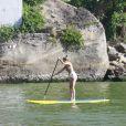 Grazi Massafera curtiu a tarde desta quarta-feira, 8 de janeiro de 2014, praticando stand up paddle na praia da Barra da Tijuca, Zona Oeste do Rio de Janeiro