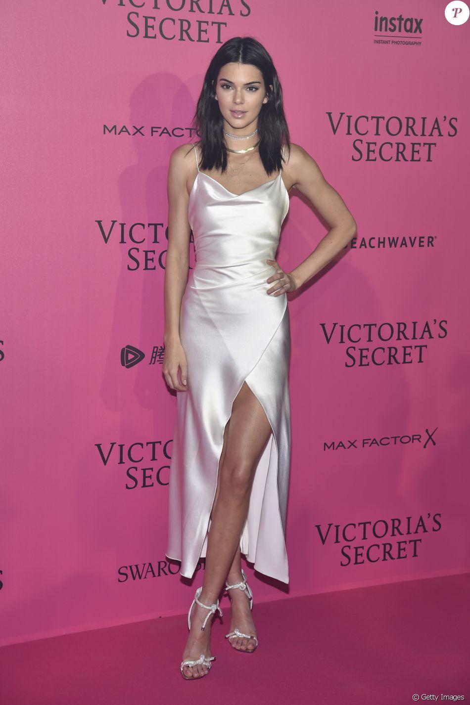 Kendall Jenner apostou em vestido de seda Camilla and Marc, com fenda para  ir à festa que aconteceu após o desfile da Victoria s Secret, em Paris 48394aed55
