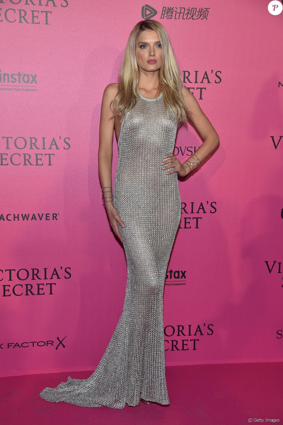 3aa677c9e5 Lily Donaldson usou vestido longo prateado na festa que aconteceu após o  desfile da Victoria s Secret