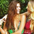 Mariana Goldfarb escolhe modelos com decotes para looks despojados