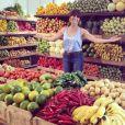 Giovanna Antonelli posa ao lado de frutas e verduras para o restaurante Pomar Orgânico