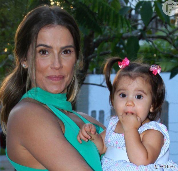 Deborah Secco se derreteu ao parabenizar a filha, Maria Flor, pelo primeiro aniversário, neste domingo, 4 de dezembro de 2016: 'Um ano de amor!'