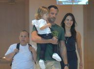 Malvino Salvador e Kyra Gracie passeiam com a filha Ayra por shopping do Rio