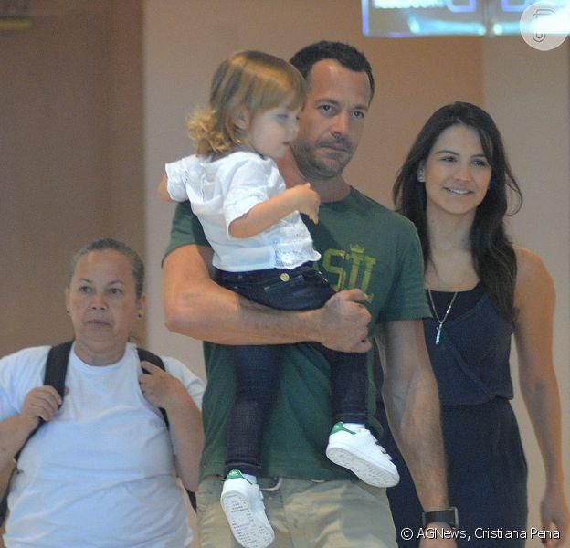 Malvino Salvador passeia com a mulher, Kyra Gracie, e a filha mais velha, Ayra, em shopping do Rio de Janeiro, em 4 de dezembro de 2016