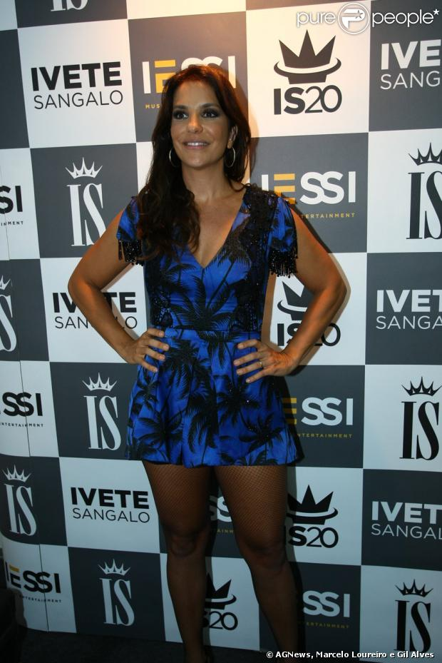 Ivete Sangalo nem se importou em receber seus convidados e a imprensa vestindo um roupão após seu show no Fest Verão Paraíba, na noite de domingo, 12 de janeiro de 2013