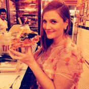 Drew Barrymore, grávida, come pizza após Globo de Ouro: 'Esperei a noite toda'