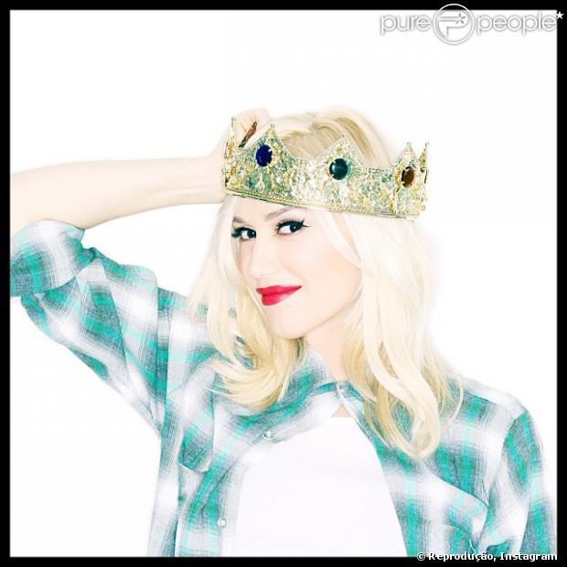 Gwen Stefani usou o Instagram hoje, 17 de janeiro de 2014, para anunciar aos fãs que está esperando um menino. 'Eu estava pronta para abrir mão da coroa. Mas eu acho que ainda sou a rainha da casa. É um menino. Cercada de meninos', escreveu na legenda