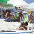 Grazi Massafera passa a tarde deste sábado, 18 de janeiro de 2014, na praia da Barra da Tijuca, Zona Oeste do Rio de Janeiro, acompanhada de sua filha, Sofia, de 1 ano e 8 meses, e de amigos