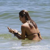 Grazi Massafera 'pega jacaré' e brinca com água-viva em dia de praia no Rio