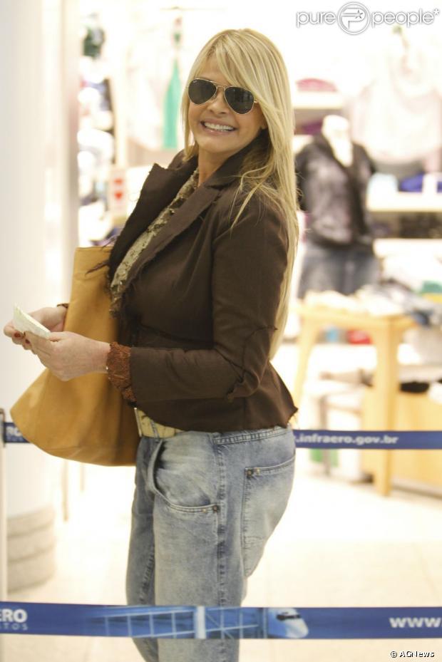 Monique Evans torce pela recuperação da mãe, Dona Conceição, de 76 anos, e faz planos para acompanhar o 'BBB13'; apresentadora conversou com o Purepeople em 8 de janeiro de 2013