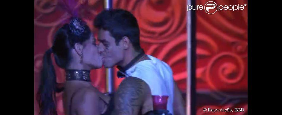 Franciele e Diego se beijam em festa do Circo no 'BBB 14'