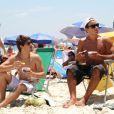 Anderson Di Rizzi e Daniel Rocha curtiram o dia na praia da Barra da Tijuca, Zona Oeste do Rio de Janeiro