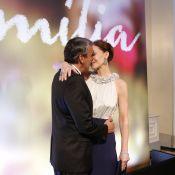 Julia Lemmertz ganha beijão de Alexandre Borges em festa de 'Em Família'