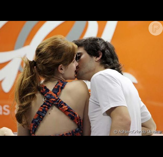 Sophia Abrahão e Fiuk trocam beijos antes de embarcar no aeroporto de Congonhas, nesta segunda-feira, 3 de janeiro de 2014
