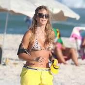 Christine Fernandes se exercita e exibe boa forma na praia da Barra, no Rio
