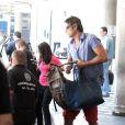 De óculos escuros e todo estiloso, Reynaldo Gianecchini é clicado no aeroporto de Congonhas, em São Paulo