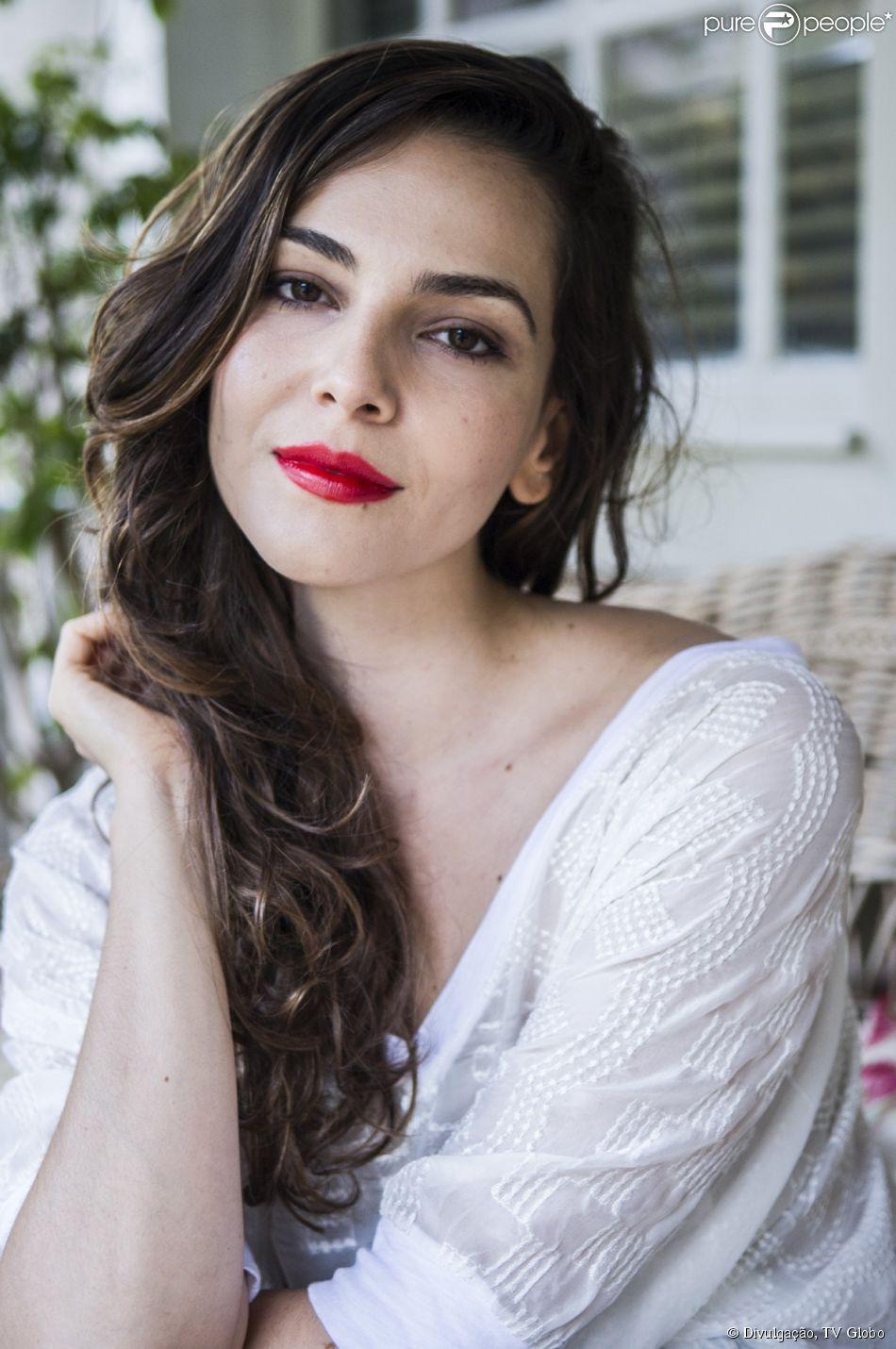 Marina (Tainá Müller) confessa para Vanessa (Maria Eduarda) que está se apaixonando por Clara (Giovanna Antonelli), em cena da novela 'Em Família'